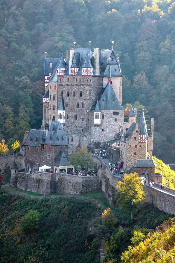 Castillo Medieval a un lado del acantilado