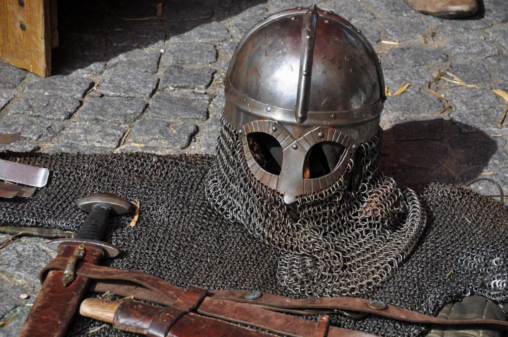 Los cascos y cota de malla son elementos de protección utilizados en la Época Medieval